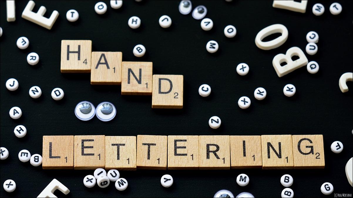 Mirtana malt Buchstaben – Handlettering mit Gelbkariert.
