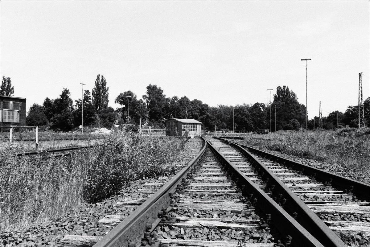 Realitätscheck; Bahngleise; analog; schwarzweiß